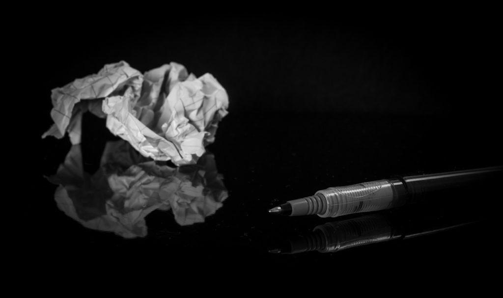 Zerknülltes Papier und Stift (Symbolbild)