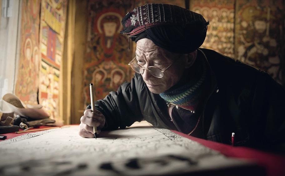 Alter Mensch mit Brille, schreibend (Symbolbild)